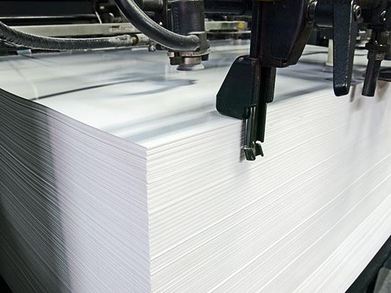 papel en una maquina de imprimir